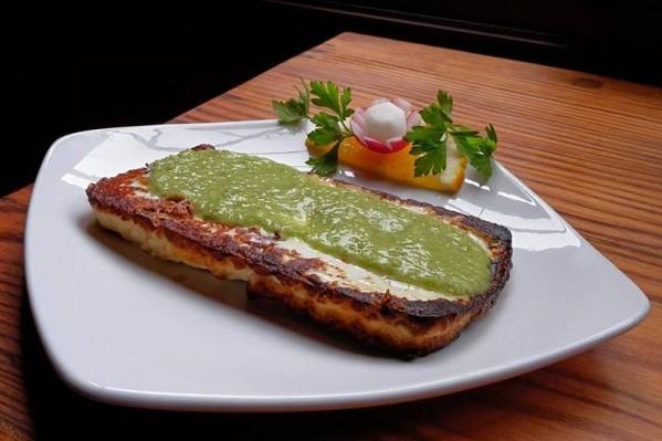 Queso asado  con mojo verde